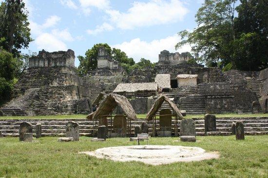 วิหารที่ 4: Town center of Tikal?