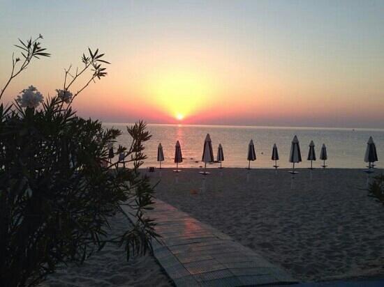 alba davanti al San Domenico Hotel di Soverato