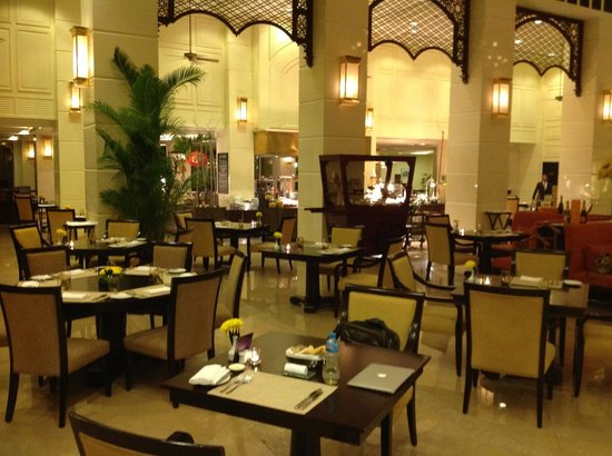 La Coupole: Spacious and relaxed feel for the restaurant