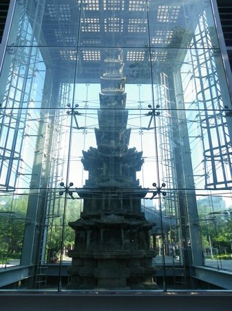 Tapgol Park: Pagoda enclosed in Glass structure