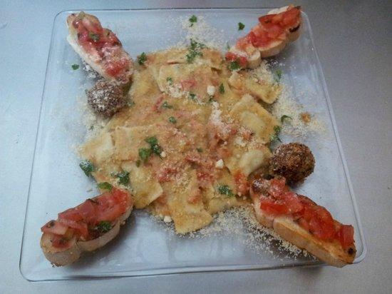 Casavecchia La Cucina Italiana: Ravioli di ricotta fatti a mano + contorno