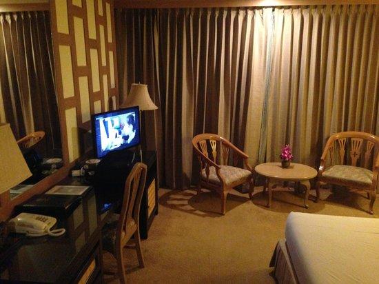 The Tarntawan Hotel Surawong Bangkok: Work area and sitting area