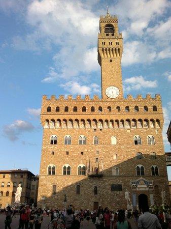 ปิเอซ่า เดลลา ซินญอเรีย: Entering the piazza through Via Vacchereccia.