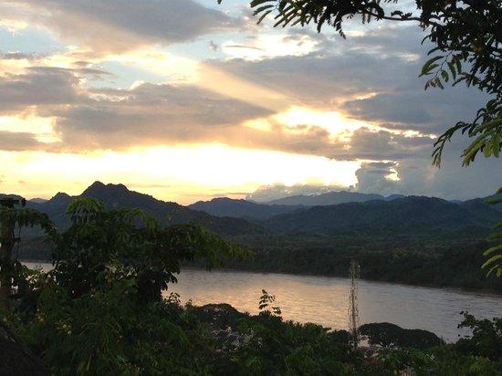 Mount Phousi: 夕日(雲で残光が・・)