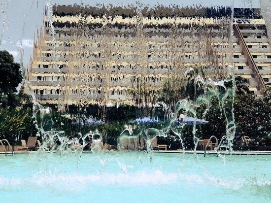 Blue Tree Towers Rio Poty Teresina: Hotel visto através da cascata da piscina.