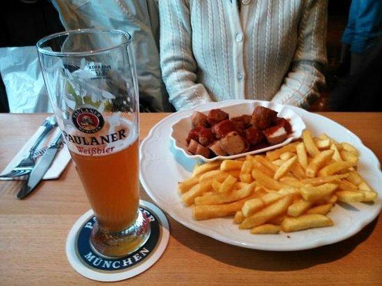 Maximilians Berlin: Große Portion Currywurst mit Pommesfrites