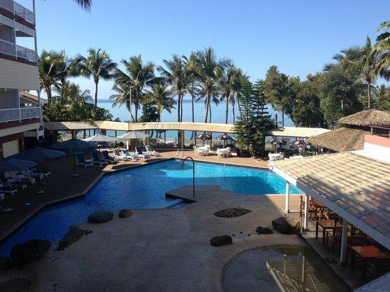 โฮเต็ล เลอ เซิร์ฟ: Looking across Pool area towards Beach
