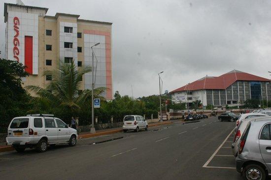 โรงแรมจิงเจอร์ กัว: Ginger Hotel with the Central Library in the Background