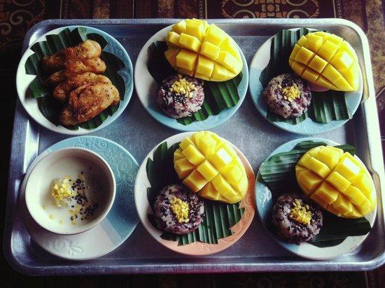 วีคุก ไทยโฮม การ์เดน คุกกิ้งสคูล: Sticky rice with mango, Banana in coconut milk and Deep fied banana :)