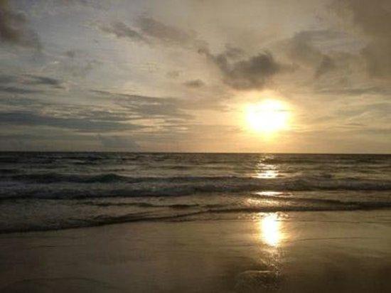 กะรน คลิฟ คอนเทมโพรารี่ บูติค บังกะโล: Karon beach at dusk
