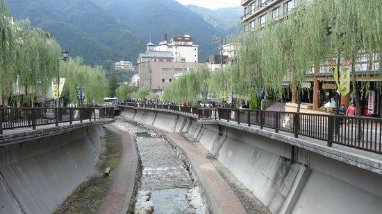 Gero Onsen: 人が多い川沿い