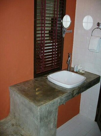 Samed Club: sink toilet area