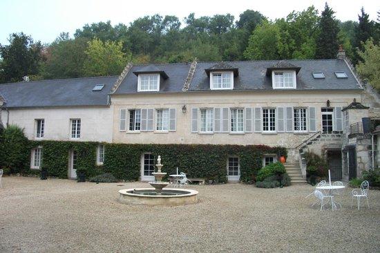 Domaine de Montaigu: House & Courtyard