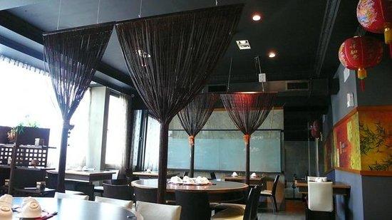 Dingshen Yuanyang Mala Hotpot: 大圓桌,每桌可坐10~12人