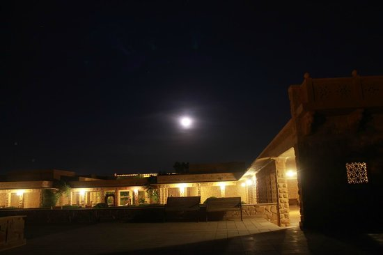 Hotel Rawalkot Jaisalmer: Night time view of the hotel from the terrace area