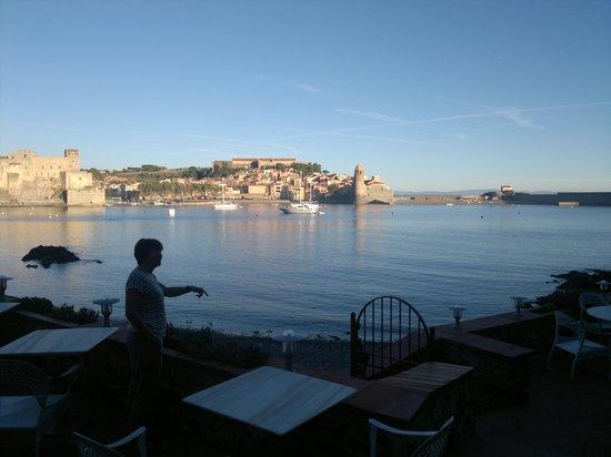 Relais des Trois Mas et Restaurant La Balette: au pdj ,de la terrasse du restaurant , vue sur collioure