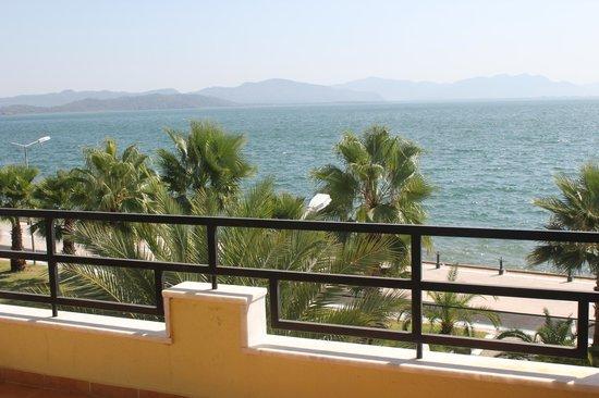 Flora Hotel: Balkondan göl manzarası