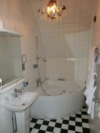 Blommenhof Hotell : Bad mit Whirlpol