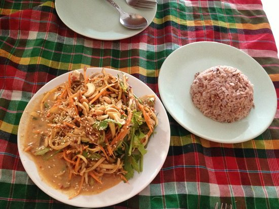 On's Thai Issan : Banana flower salad with delicious brown steamed rice