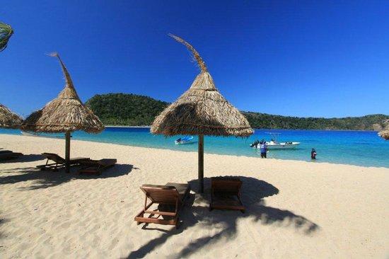 Paradise Cove Resort: Beach bures near the bar