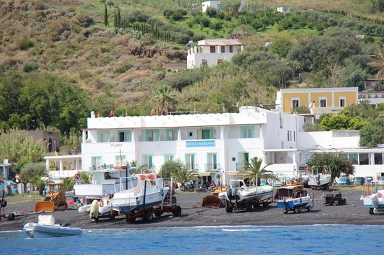 Hotel Ossidiana Stromboli: The hotel as seen from a small boat
