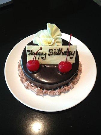 ศิวาเทล กรุงเทพ: My delicious birthday cake the staff bought to our room