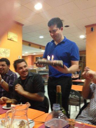 Restaurante Luisy: Alberto (el dueño) haciendo entrega de una tarta de cumpleaños