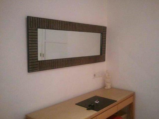 บาหลี ไอแลนด์ วิลล่าส์ แอนด์ สปา: ベッドルームの鏡