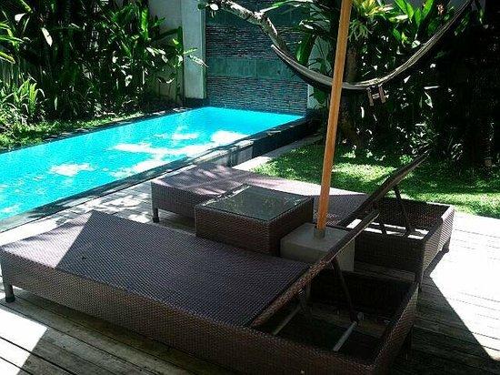 บาหลี ไอแลนด์ วิลล่าส์ แอนด์ สปา: プールサイドのデッキチェア
