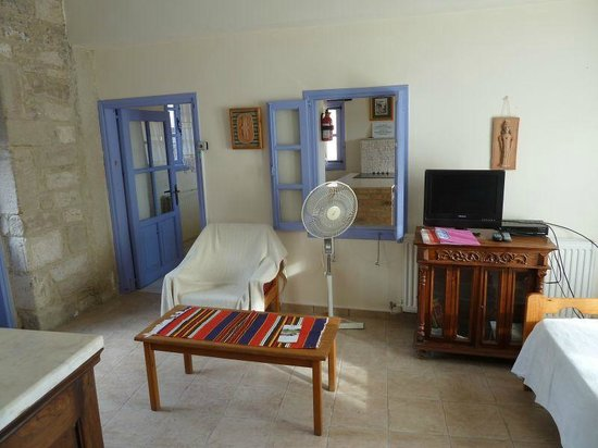 Cyprus Villages: Danaehouse no. 1 living room + kitchen