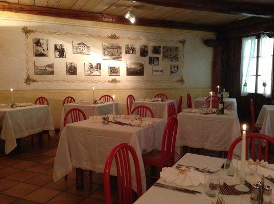 Centro Pineta Family Hotel & Wellness: ristorante, parete con foto vecchie