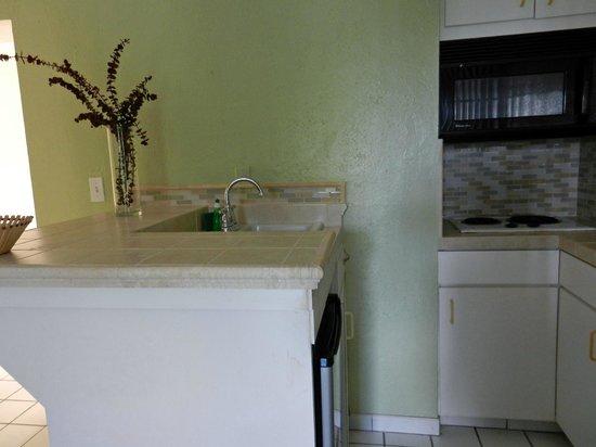 Flamboyan on the Bay Resort & Villas: Fully refurbished studio suite kitchens