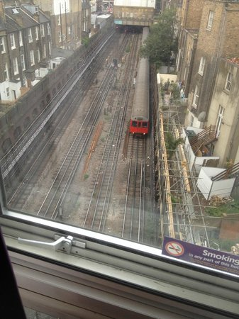 Premier Inn London Kensington (Earl's Court) Hotel: You can see four tracks running out of Earl's Court station under the hotel