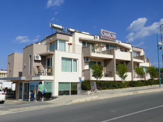 Selena Beach Hotel: отель  с дороги.