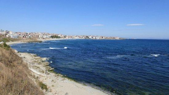Selena Beach Hotel: Вид на берег.Внизу небольшой пляж песчанный.