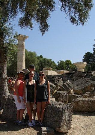 แองเชี่ยน โอลิมเปีย (อาร์ไชย่า โอลิมเปีย): Zeus, a twelve-meter high gold & ivory statue sitting on his throne, stood at the center.