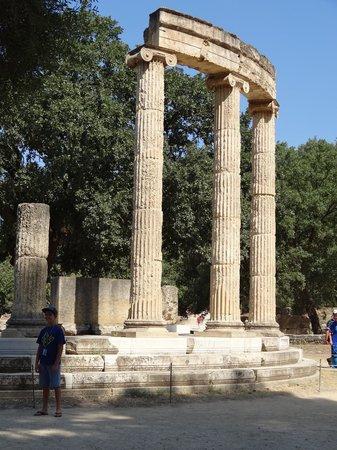 แองเชี่ยน โอลิมเปีย (อาร์ไชย่า โอลิมเปีย): Eighteen Ionic columns stood on the semi-circular base that held the statue of Alexandera