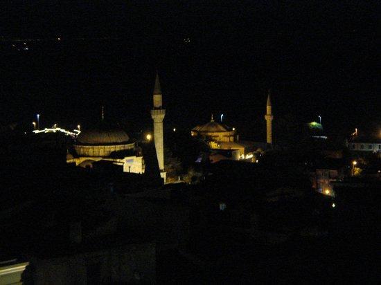 Innova Sultanahmet Hotel: vue sur le quartier avec deux mosquées depuis le restaurant sur le toit