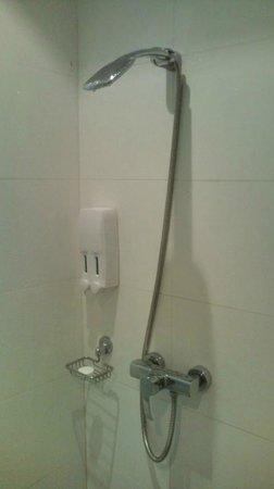 iCheck Inn Sukhumvit Soi 11 : shower