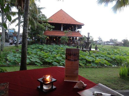 Pundi-Pundi Grill & Asian Cuisine: 蓮池の隣にあります