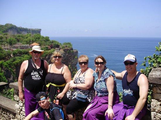 โรงแรมการ์มา กันดารา: The whole group at the cliff top