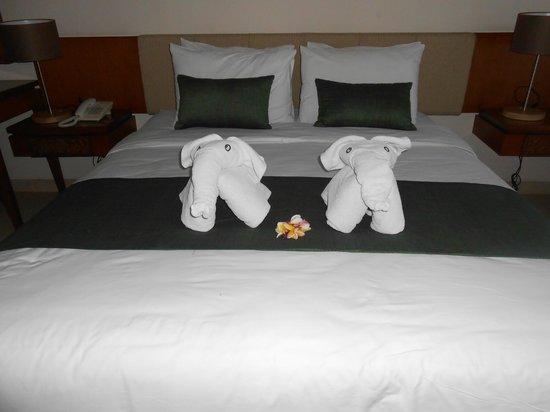 โรงแรมบาหลี อากุง วิลเลจ: le lit a l'arrivée