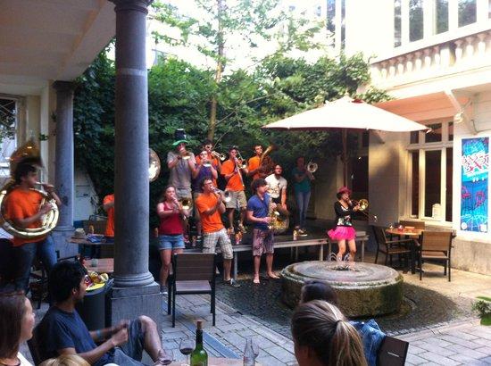 ฌักส์เบรล์ ยูธโฮสเทล: Fellow travelers playing in the patio