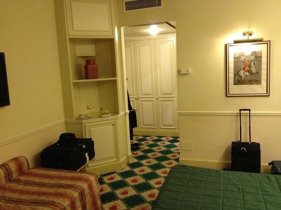 Donna Laura Palace Hotel: Chambre ( vue de l'entrée)