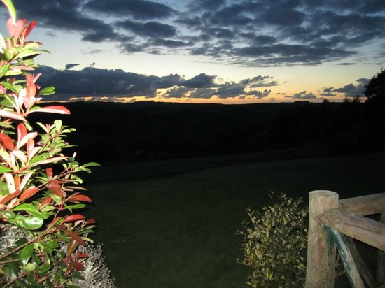 Country Ways Holiday Cottages: Ouside the barn in the evening