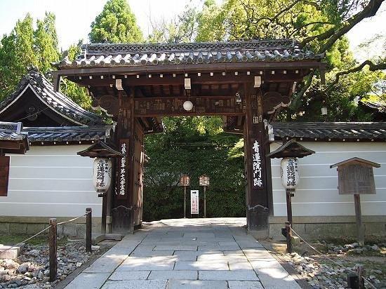 Shoren-in Temple (Shoren-in Monzeki): こちらから中へ 楠木が素晴らしい