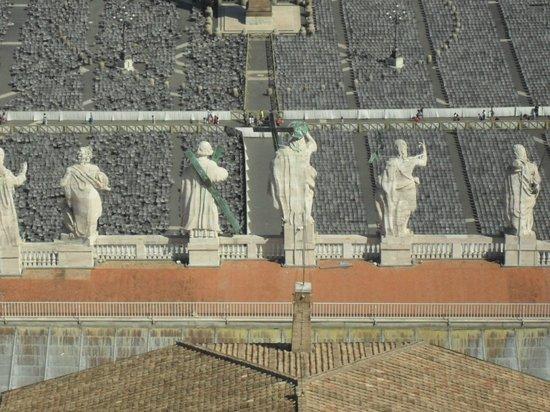Cupola di San Pietro: Статуи на портике
