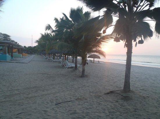 Punta Sal Suites & Bungalows Resort: Sunset a lo largo de la playa