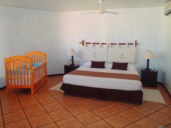 Punta Sal Suites & Bungalows Resort: Cama y cuna en suite royal
