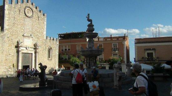 Taormina Tour - Day Tours: la fontana coronata di un centauro che con la mano levata dirige i giochi dell'acqua.